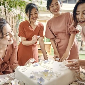 ウェディングケーキの仕上げは、大切なゲストに頼んでみては?きっと喜んでくれるはず|アニヴェルセル 柏の写真(10317556)