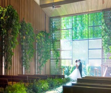 緑と木と自然光が差し込む現像的な空間。キリスト挙式や人前式、そして和装人前式も可能。