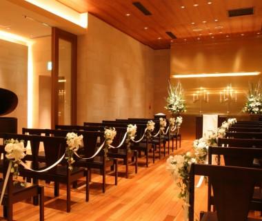披露宴会場のすぐ上階にある、「カムンチャペル」花梨の樹材に包まれて温かいアットホームな挙式が叶います。