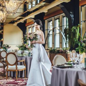 明るい陽射しが注ぎ込み花嫁を引き立たせてくれる|ASHIYA MONOLITH 旧逓信省芦屋別館 ~芦屋モノリス~の写真(7281199)