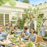 ガーデンで会食も可能。木目調のテーブル・椅子に座りながら親族の皆様に日頃の感謝を。