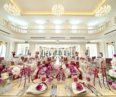 白基調のメゾングラースの会場。お花やテーブルクロスの色によってお二人のお好みの雰囲気にアレンジできます。