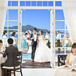 窓のすぐ外にはウッドデッキのガーデンテラスが広がります|ベイサイド迎賓館(長崎)の写真(1261609)