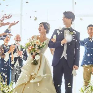 誰もが憧れるフラワーシャワーは、ゲストからの祝福を間近で感じられます|ベイサイド迎賓館(長崎)の写真(6410506)
