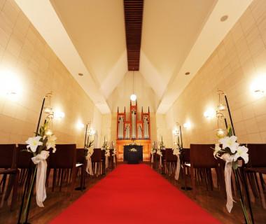 温もり溢れる教会風チャペル