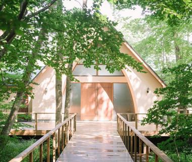 森の奥にひっそりと佇む礼拝堂