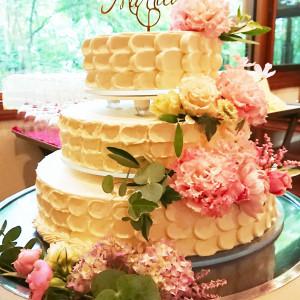 花びらをイメージしたクリーム&生花の装飾でフェミニンなウエディングケーキに 軽井沢倶楽部 有明邸の写真(4871539)