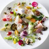 人気の「カラフル野菜の菜園」。30種類以上あるカラフルな野菜たちをさまざまな調理法を駆使して仕上げました。