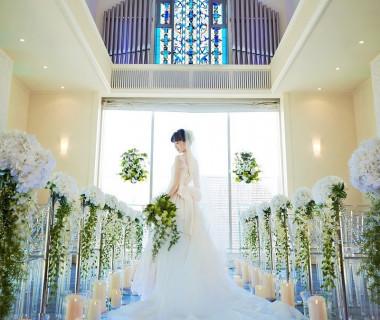 2015年にリニューアルしたばかりのチャペル。4方向に配したステンドグラスから自然光がたくさん降り注ぎ、花嫁とお気に入りのドレスを一層美しく見せてくれます。