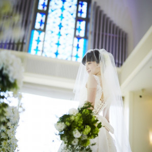 自然光がステンドグラスや窓から降り注ぎ、より神聖な空間を演出します。|ダイワロイネットホテル和歌山の写真(1716083)