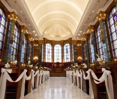 遠くフランスのヴィショップカレッジ内礼拝堂から譲り受けたステンドグラスに囲まれた【セントリュカルネチャーチ】