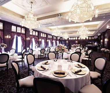 ジュエルという名前に相応しい、シャンデリア輝くパーティ会場。外国映画の晩餐会のようなひとときを…