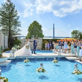 大きなプールが皆様を出迎える『ハンプトン ニューヨーク』 ウエルカムパーティーのときは桟橋から登場!