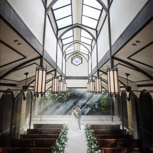 天井が高く、天窓からは自然光がキラキラとおふたりを照らすチャペル。|THE KAWABUN NAGOYA(ザ・カワブン・ナゴヤ)の写真(3636026)