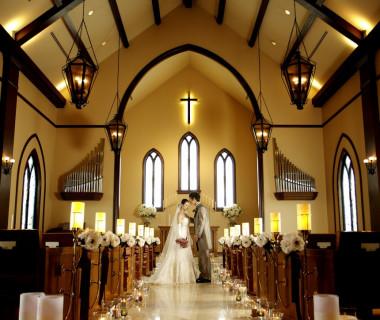 柔らかな自然光と高い天井が居心地の良さを生むクラシカルな独立型チャペル