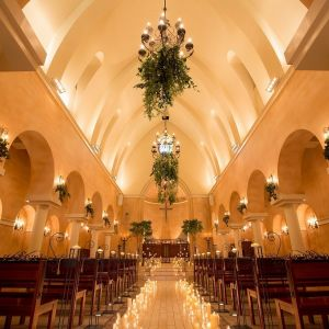 バージンロードの意味を光で表現するグランダムール教会 ヴィラ・デ・マリアージュさいたまの写真(1048846)