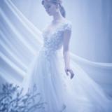 小花モチーフをレースとチュールの上に縫い付けた胸元は、ディテールの美しさが際立ち、リッチな印象のドレス