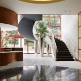 曲線と直線が織り成す美しい建築。ゲストの期待も膨らむエントランスアプローチ