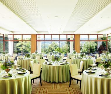 三方を大きなガラス窓に取り囲まれたダイニングはどの席からも山と自然が堪能できる