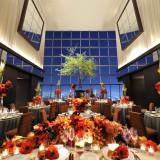 天井高13mのガラス張りの両サイドからは都心の景色を一望できる