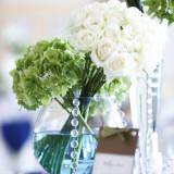 花はグリーン×ホワイト装花はカラードレスの色に合わせるケースも☆合えてシンプルな色味でウェディング・カラーどちらにもバッチリ!!