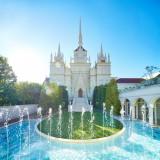 首都圏を代表する大聖堂で憧れのウエディングを!青空に聳える大聖堂からは祝福の鐘が鳴り響き、二人の門出を祝う。ロケーション抜群のウエディングチャペルは必見。