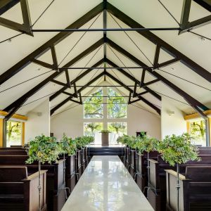 3方向の窓から自然光が降り注ぐ緑豊かな聖域。祭壇の正面の窓からは大木の緑を望む事ができ、強くておおらかな自然の輝きを放ちながら誓いの瞬間を演出してくれる 神戸迎賓館 旧西尾邸の写真(2006765)