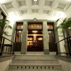 アールデコの装飾が印象的なエントランスは、前撮りなどにピッタリなフォトジェニックな空間。 神戸迎賓館 旧西尾邸の写真(247514)
