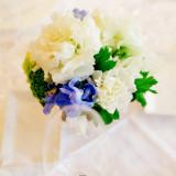 テーブル装花は、青色を使ってシンプルでスタイリッシュに仕上げるのも人気♪