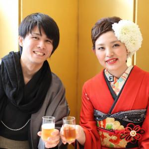 チアーズ!乾杯!大切なゲストに囲まれておいしいお食事とお酒をいただきます。|鶴岡八幡宮(チアーズブライダルプロデュース)の写真(1076958)