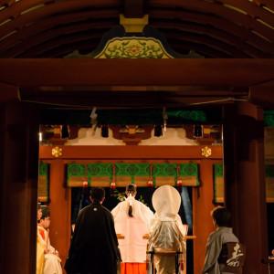 幸あかり挙式。夕刻の舞殿はいつもと違う雰囲気を醸し、2人を彩ります!!|鶴岡八幡宮(チアーズブライダルプロデュース)の写真(682973)