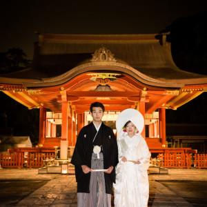 「幸あかり」は幻想的に照らされた舞殿にて行われます。 昼間とは違った美しいお写真に。|鶴岡八幡宮(チアーズブライダルプロデュース)の写真(683222)