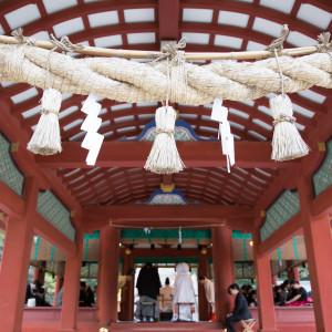 舞殿、神聖なる場所。ご友人のかたは舞殿の周りからご覧頂くことも可能です。|鶴岡八幡宮(チアーズブライダルプロデュース)の写真(2957579)