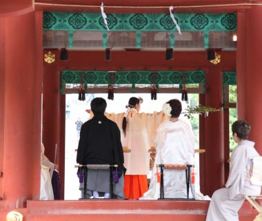 舞殿の紅いお社は白無垢姿のご新婦様の美しさをさらに際立たせます!!