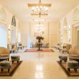 ゲストの待合スペースは自然光が差し込む明るい空間。大切なゲストにゆったりとくつろいでいただける快適なスペースになっている。