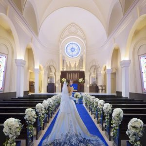 ロイヤルブルーのバージンロードは純白のウエディングドレスをより美しく見せてくれる。|アニヴェルセル 大阪の写真(640904)
