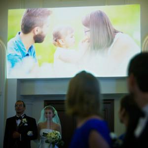 花嫁入場前に流すおふたりのご家族との感動ムービー。ふたりのルーツに触れることができたら、挙式はふたりだけのものものを飛び越えて、「みんな」で分かち合う場になる|アニヴェルセル 大阪の写真(641495)