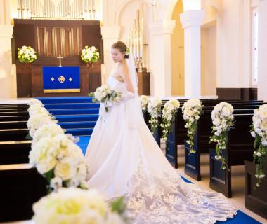 ゲスト全員から見える高さ1mの聖壇。ドレスのトレーンが綺麗に広がり後ろ姿が美しく映える。