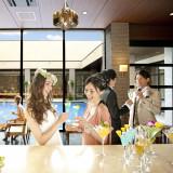 アイランドヒルズ迎賓館のバーカウンター。結婚式当日は様々なウェルカムドリンクをご用意。豊富なメニューでゲストをしっかりとおもてなし致します。