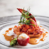 存在感のあるオマール海老は、魚料理の中でもおすすめの一品。フルーティーなソースがアクセントになって、お料理中盤でも食べやすい一品。