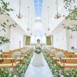 【フェリーチェチャペル/森の教会】天井が高く、自然光がふりそそぐ明るいチャペルはグリーン×ホワイトでナチュラルな印象。
