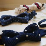 新郎様のタキシードも、小物使いで雰囲気ががらりと変わります。カジュアルな蝶ネクタイは二次会にも人気。