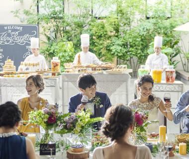 ガーデンでのミートバルやデザートブッフェも人気の演出。