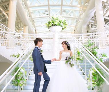 大階段からの入場セレモニーはおふたりだけではなくゲストの心にも印象深く残ります