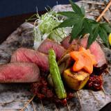 朴葉に味噌を塗り、具材を載せて下からあぶり焼きにした和テイストの一品。