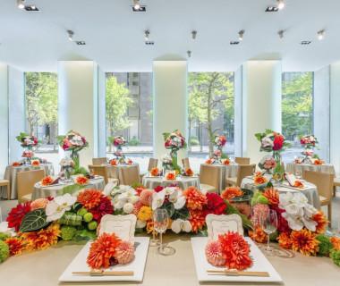 オープンキッチンや天井まで届く大きな窓が特徴のダイニングは、自然光がたっぷりと降り注ぐ温かな空間。