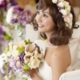 ブーケとおそろいの花かんむりでキュートな花嫁に