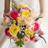 色鮮やかなブーケが花嫁を引き立てます。