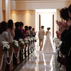 未来への扉への退場シーン大理石のバージンロードに映る姿はとても神秘的です。|セントグレースヴィラ(大阪心斎橋)の写真(661669)