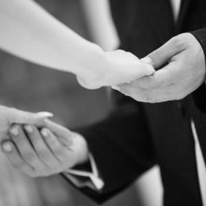 二人が手と手を合わせる、絆のシーン|セントグレースヴィラ(大阪心斎橋)の写真(216819)